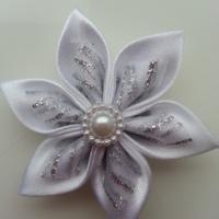 Fleur satin blanche et organza pailleté blanc et argent  5cm