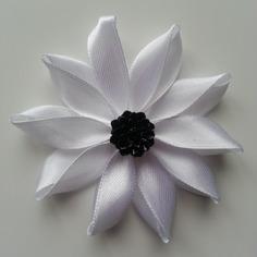 Fleur de satin  7,5cm blanche