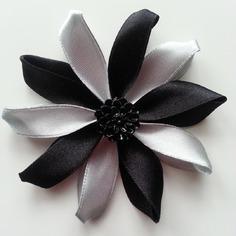Fleur de satin bicolore 7,5cm noire et gris