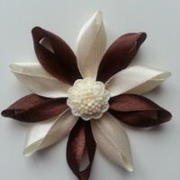 Fleur de satin bicolore 7,5cm ivoire et marron