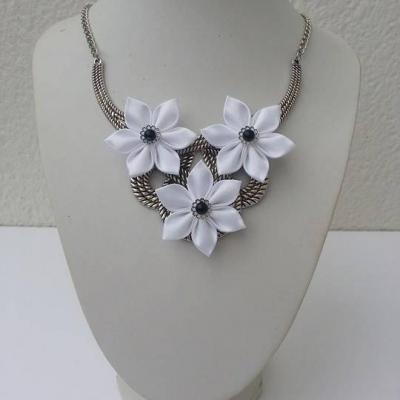collier plastron en métal argenté avec fleurs de satin blanche