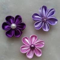 5 cm lot de 3 fleurs de satin dans les tons mauve / violet petales ronds