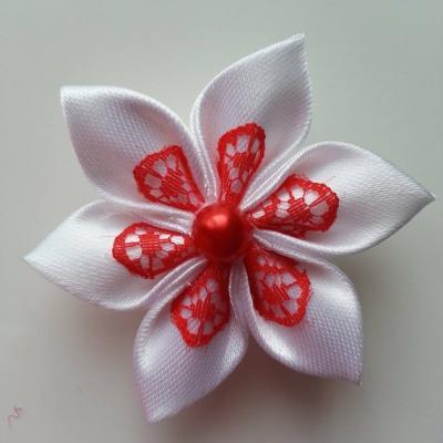 Fleur satin blanche et dentelle rouge 5cm