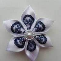 Fleur satin blanc et dentelle bleu marine  5cm