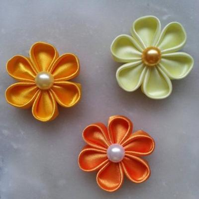 3 fleurs en tissu de   satin dans les tons jaune orange 5cm pétales ronds