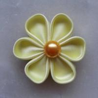 Fleur satin unie jaune  5cm pétales ronds
