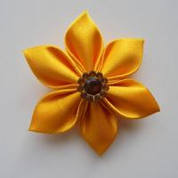 Fleur satin unie jaune orangé 5cm