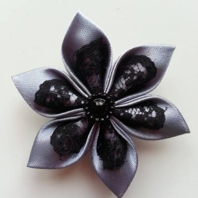Fleur satin gris foncé  et dentelle noire 5cm