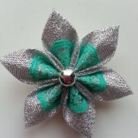 Fleur tissu argent et dentelle verte  5cm