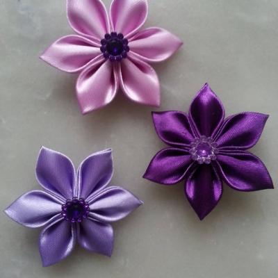 5 cm lot de 3 fleurs de satin dans les tons mauve / violet petales pointus