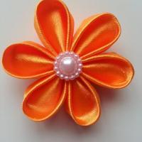 Fleur satin unie orange 5cm pétales ronds