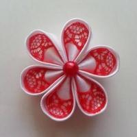 Fleur satin blanche et dentelle rouge 5cm ronde