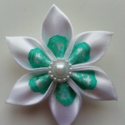 Fleur satin blanc et dentelle verte  5cm