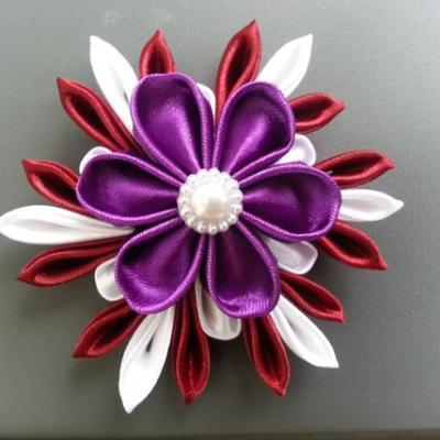 grande fleur de satin blanc , bordeaux  et violet 10/11 cm
