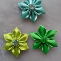fleurs de satin dans les tons vert pétales pointus 5 cm lot de 3