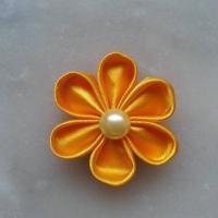 Fleur satin unie jaune orangé 5cm pétales ronds