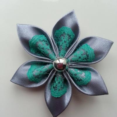 Fleur satin gris foncé et dentelle verte  5cm