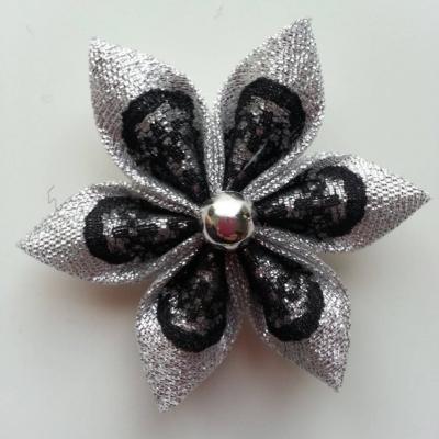 Fleur argent et dentelle noire 5cm