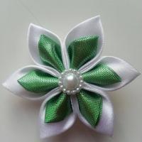 Fleur satin blanche et tissu irrisé vert 5cm