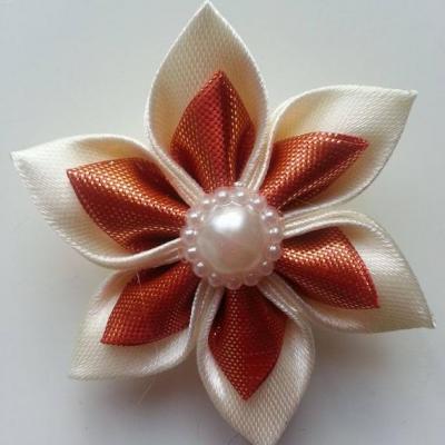 Fleur satin ivoire et tissu irrisé orange  5cm