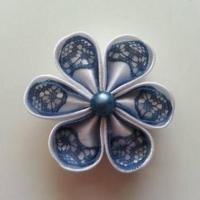 Fleur satin blanche et dentelle bleu pétrole 5cm ronde