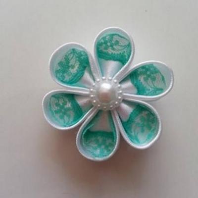 Fleur satin blanche et dentelle verte 5cm ronde