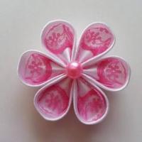 Fleur satin blanche et dentelle rose 5cm ronde