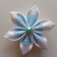 Fleur satin blanche et dentelle bleu ciel 5cm