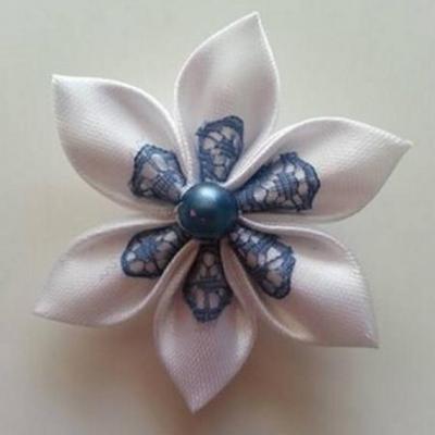 Fleur satin blanche et dentelle bleu pétrole 5cm
