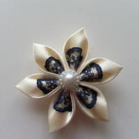 Fleur satin ivoire et dentelle bleu marine  5cm