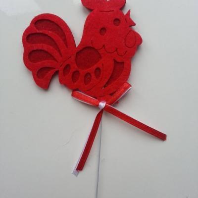 une trés jolie poule en feutrine rouge sur tige 80*75mm