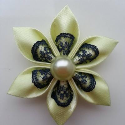 Fleur satin jaune et dentelle bleu marine  5cm