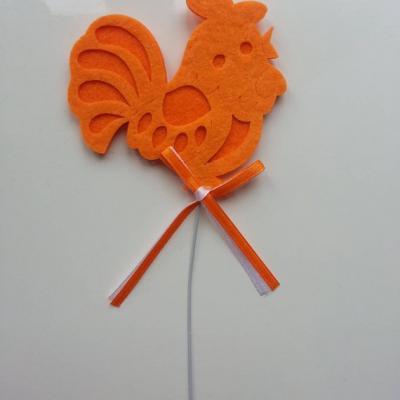 une trés jolie poule en feutrine orange sur tige 80*75mm