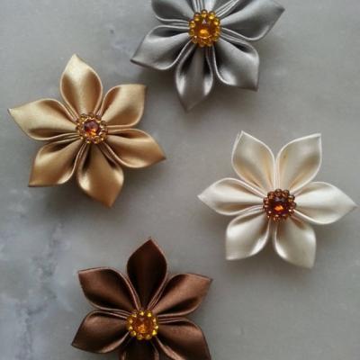 lot de 4 fleurs de satin dans les tons ivoire, beige marron