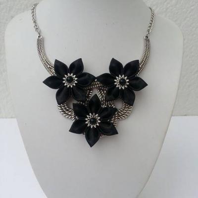 collier plastron en métal argenté avec fleurs de satin noire