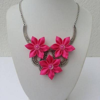 collier plastron en métal argenté avec fleurs de satin rose fuchsia