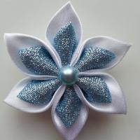 Fleur satin blanche et tissu pailleté bleu ciel  5cm