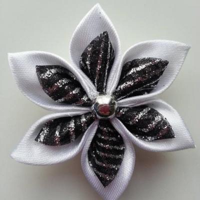 Fleur satin blanche et organza pailleté noir et argent  5cm