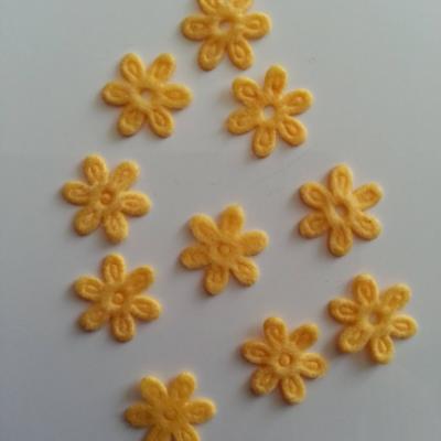 Lot de 10  fleurs  en feutrine 15 mm jaune