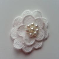 fleur en dentelle   blanc  40 mm
