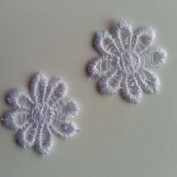 Lot de 2 fleurs en dentelle   30mm blanc