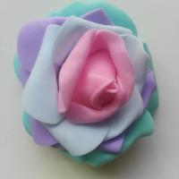 Tête de rose en mousse multicolore   70mm vert, violet bleu et rose