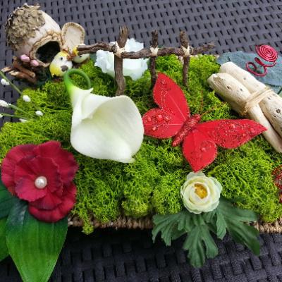 composition fleurs centre de table  rouge  avec papillon 30*20cm
